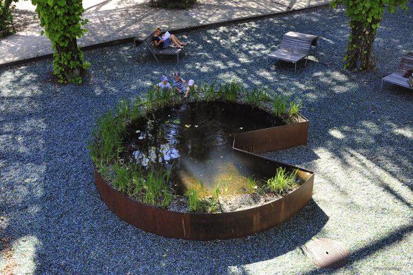Stalowe oczko wodne w parku w Zurychu zbudowane na podobnej zasadzie